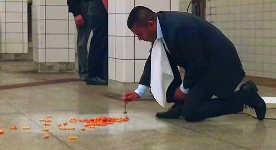 symphony manger sur le sol du metro de toronto